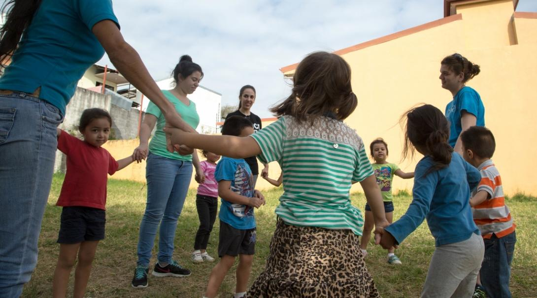 A volunteer gaining her teaching work experience in Costa Rica plays outside with her students